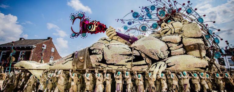 Парад цветов: в Голландии представили великанов из цеточных композиций