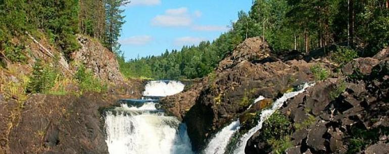 Водопад Кивач — водопад на реке Суна в Карелии. Высота водопада около 11 метров (причём, вода падает с нескольких уступов). Водопад Кивач — второй по величине равнинный водопад Европы (после Рейнского). Живописность пейзажа привлекает сюда множество турис