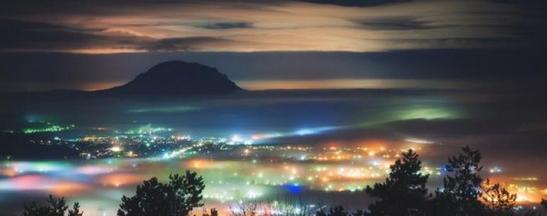 Поздней осенью в Кавказских Минеральных Водах начинается сезон низкой облачности. В городе туман, пасмурно, но с вершин гор открывается совсем иная картина. Днём солнце и бескрайний океан облаков из которого как острова возвышаются горы-лакколиты.