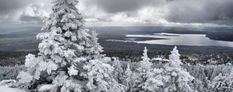 Озеро Зюраткуль — красивейшее высокогорное озеро, расположенное в Саткинском районе Челябинской области. Зеркальную водную гладь окружают горные хребты: Уреньга, Лукаш, Нургуш, Москаль и Зюраткуль, покрытые темнохвойными лесами. Название водоема можно пер