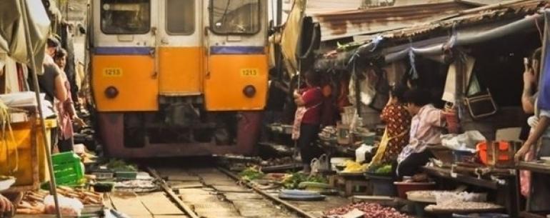 Железная дорога через рынок Меклонг (Таиланд)