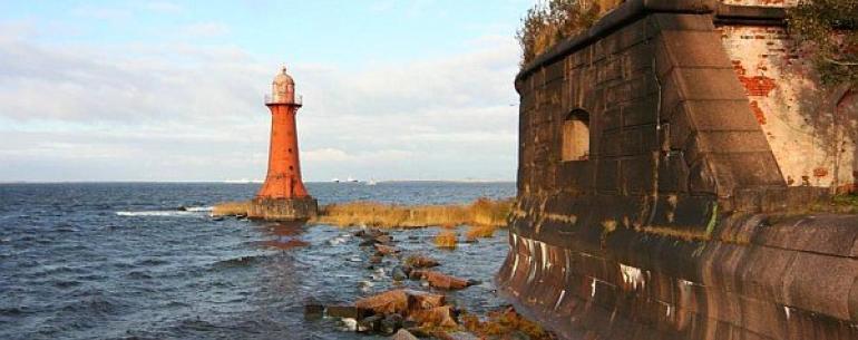 Форты Кронштадта — группа оборонительных сооружений крепости Кронштадт. Всего, в период от начала XVIII века до начала XX, был построен 21 форт, из которых 17 расположены в Финском заливе. Сначала строительство велось в створе основного морского фарватера