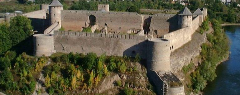 Ивангородская крепость — мощное фортификационное сооружение, построена в царствование Ивана III Васильевича летом 1492 года на правом берегу Нарвы. Ивангородская крепость защищала Новгородские земли со стороны её западных соседей. Сразу напротив, на левом