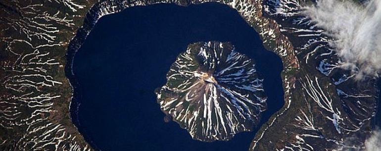 Вулкан Креницына — действующий вулкан на острове Онекотан Большой Курильской гряды. Типичный двухъярусный «вулкан в вулкане», расположенный в южной части острова Онекотан. Высота 1324 м (наивысшая отметка острова). Вулкан является самым большим в мире «ву
