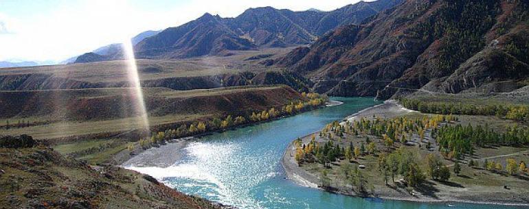 Алтайские горы — представляют сложную систему самых высоких в Сибири хребтов, разделенных глубокими долинами рек и обширными внутригорными и межгорными котловинами. Происхождение названия «Алтай» связывают с тюрско-монгольским словом «алтын», обозначающим