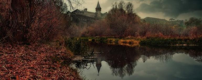 Мрачный вечер на реке Смотрич, Украина.