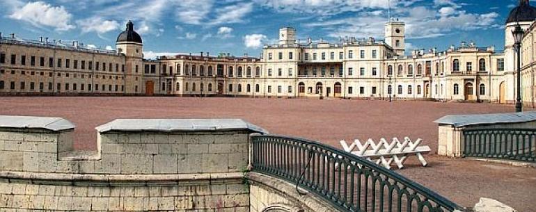 Большой Гатчинский дворец, построенный в 1766-1781 годах в Гатчине, был одним из любимых мест отдыха царской семьи. Расположенный на холме над Серебряным озером, дворец сочетает в себе темы средневекового замка и загородной резиденции. Интерьеры дворца —
