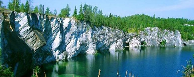 Мраморный каньон Рускеала — заполненный чистейшими грунтовыми водами бывший карьер добычи разных сортов мраморов. В настоящее время протяженность карьера с севера на юг составляет 460 метров, ширина — до 100 метров. Сочетание природы Карелии и деятельност