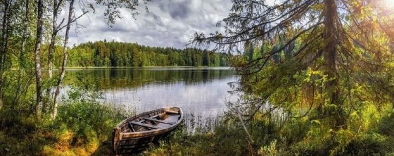 Уснуло озеро; безмолвен лес;