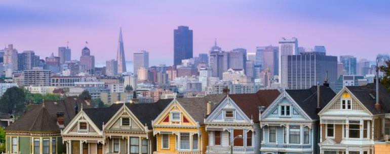Известен Сан-Франциско своей деревянной архитектурой XIX века. Типичным примером такой архитектуры являются так называемые Разукрашенные Леди — Painted Ladies — группа из шести стоящих рядом домов.