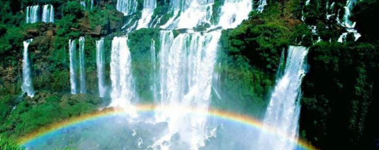 Знаменитый водопад Игуасу – настоящее чудо природы – раскинулся на границе Бразилии и Аргентины. Игуасу представляет собой ансамбль водопадов, которые считаются неотъемлемой частью первозданной экосистемы джунглей.