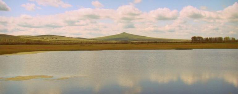 Киранское озеро— сравнительно небольшой водоем, глубиной всего около метра. Оно находится вБурятии иславится своей целительной силой. Киранские грязи лечат заболевания суставов, репродуктивной системы, периферической нервной системы, атакже используют