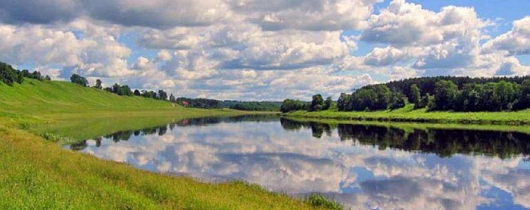 Волга — река в Европейской части России, одна из крупнейших рек на Земле и самая большая в Европе. Длина — 3530 км (до постройки водохранилищ — 3690 км). Площадь бассейна — 1360 тыс. км2. Волга отождествляется с Родиной-матерью, она является символом своб