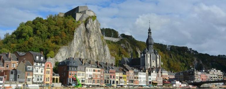Динан (Dinant), тёзка французского города Dinan, расположенный в валлонской Бельгии, крохотный, около 13 тысяч жителей, прижатый скалами к реке Маас (или Мёз по-французски).