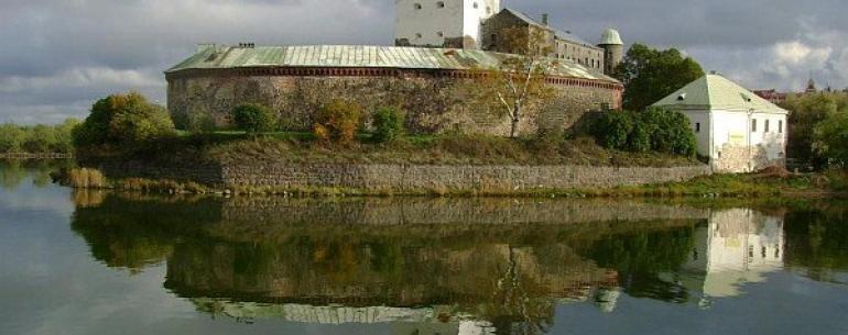 Выборгский замок — является древнейшим из укреплений Выборга, возведен на небольшом острове (170х122 м) в Финском заливе. Единственный в России полностью сохранившийся памятник западноевропейского средневекового военного зодчества. Выборгский замок был ос
