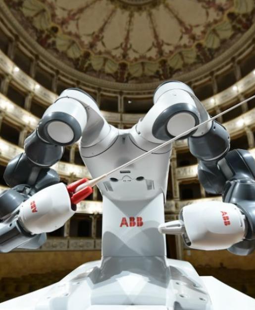 Робот исполнил роль дирижёра симфонического оркестра