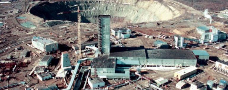Алмазный карьер (или Кимберлитовая трубка) «Мир» — расположен в городе Мирный, республика Якутия. Карьер имеет глубину 525 м и диаметр 1,2 км, является одним из крупнейших в мире карьеров. Кимберлитовая трубка была открыта 13 июня 1955 года геологами Амак