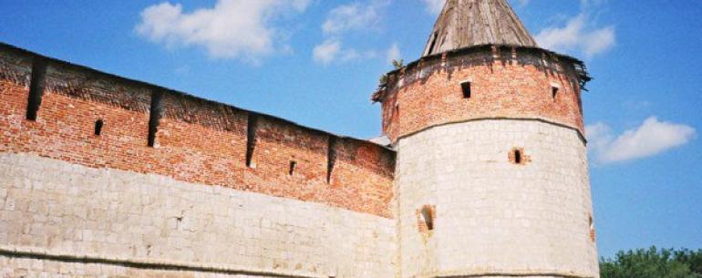 Зарайский кремль — расположен в одноименном городе, в нескольких десятках километрах от Коломны и в 150 км от Москвы на берегу реки Осетр, правом притоке Оки. За свою почти 500-летнюю историю, кремль сыграл значительную роль в судьбе Московского государст