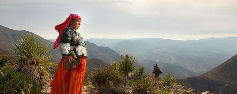 Мексика — современная страна. В столице Мехико-Сити живет 20 млн человек. Здесь стоят многоэтажные дома, а дороги заняты автомобилями. Но мексиканский фотограф Диего Уэрта в фотоцикле «Коренные народы» (Native Nations) показал другую часть её современной