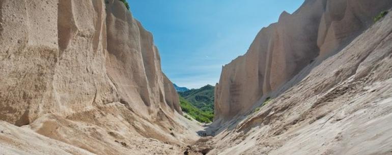 Кутхины Баты - геологический памятник природы на Камчатке. Причудливое обнажение сцементировавшихся пемзовых пород находится в 4 километрах от истока реки Озерная (озеро Курильское).