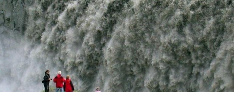 В Исландии я был на одном водопаде. Вместе с другими людьми я стоял на небольшой каменной платформе, откуда открывался вид на водопад. У многих были дети. От пропасти нас отделяла только натянутая веревка. И я подумал: в Америке они бы обнесли все сеткой