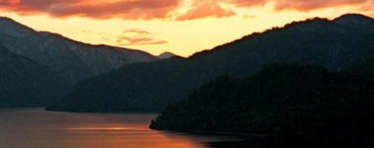 Алтын-Кёль – «Золотое озеро» - называют его коренные жители. Черное, обжигающе холодное, манящее зеркало озера протянулось на 78 километров с севера на юг.