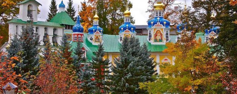 Псково-Печерский монастырь появился в пещерах у ручья Каменец. Впервые о них упоминается в летописях в 1392 году. Судя по преданиям, в них жили монахи, которые бежали с юга страны, спасаясь от преследования крымских татар.