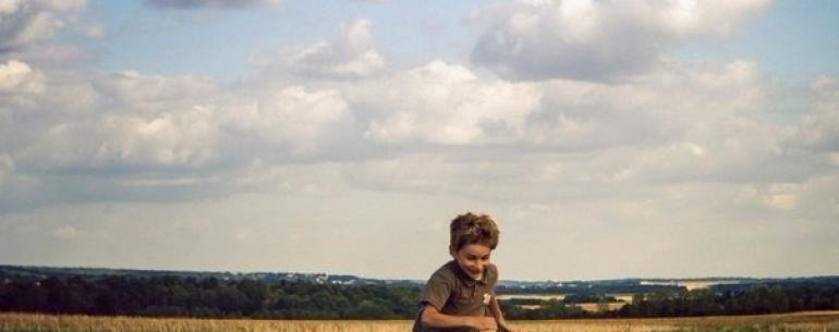Мальчик увидел пролетающий над фермой его отца самолет и подумал о путешествиях. А пилот, пролетая над фермой, подумал о доме.